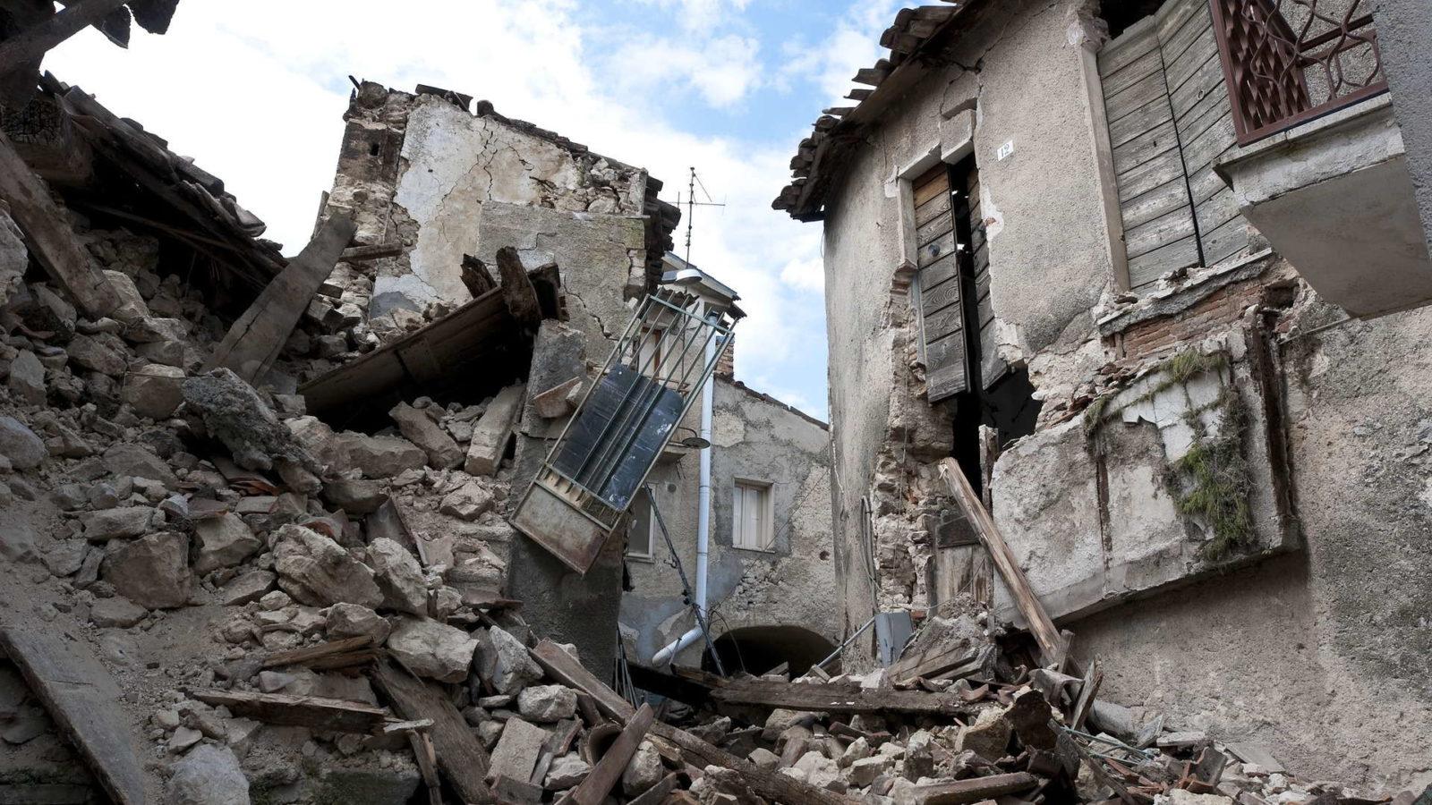 edificio devastato dopo sisma