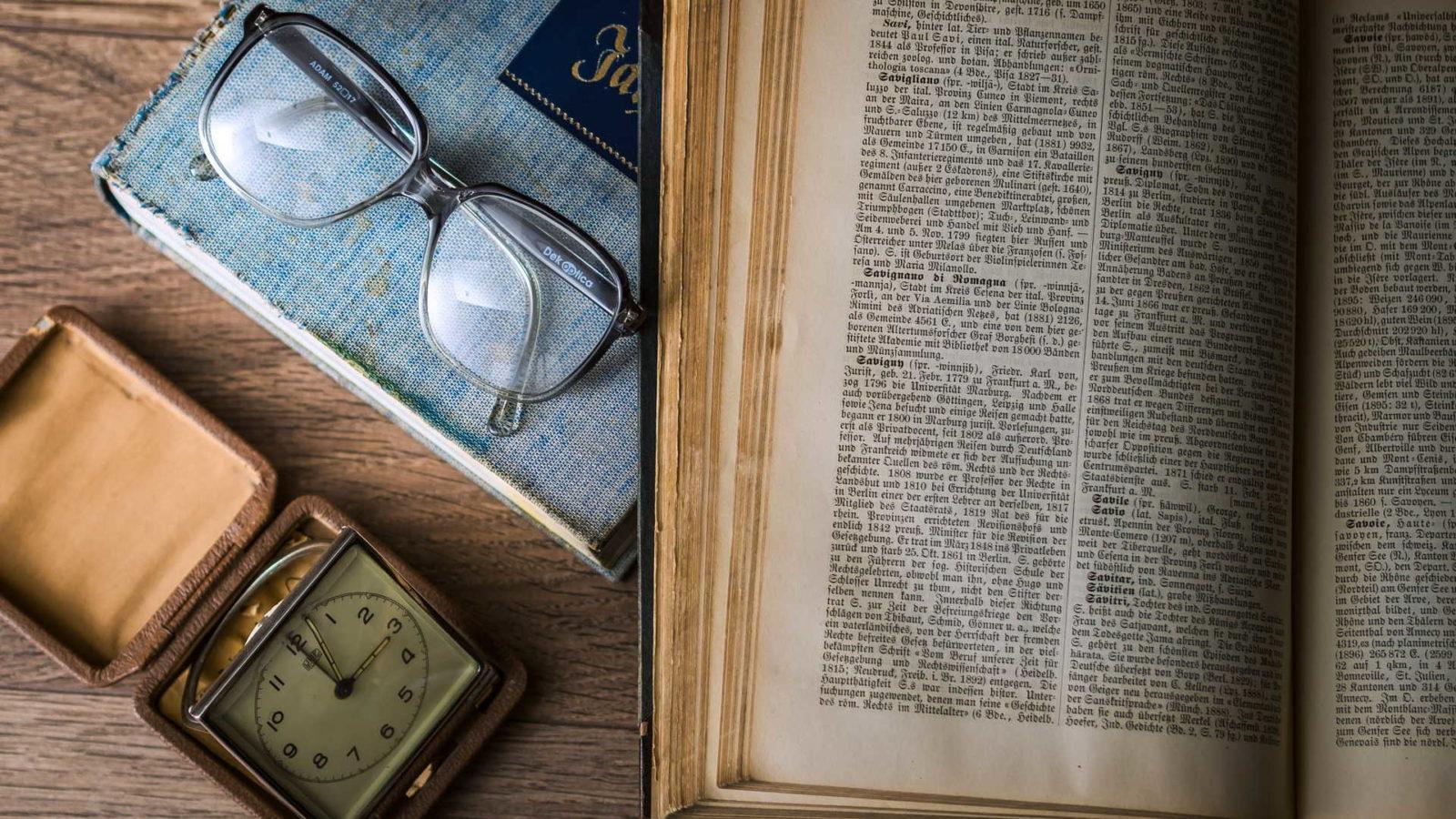 libro-occhiali-orologio