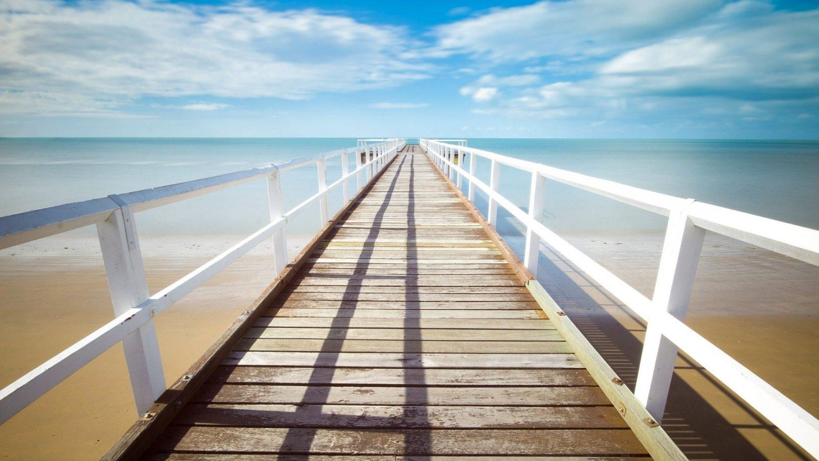 Pontile da spiaggia verso il mare